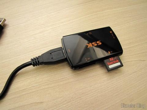 Leitor de Cartões SD, Micro SD / TF / MS / CF SSK SCRM059 USB 3.0 Alta Velocidade 5Gbps (SSK SCRM059 High Speed 5Gbps USB 3.0 SD, Micro SD / TF / MS / CF Card Reader - Black (64GB)), com cartão SD inserido