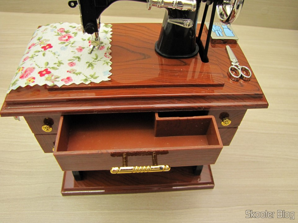 DealExtreme (DX): Mini Style Mechanical Music Box Old Sewing ...