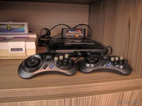 2 Controladores de Mega Drive e Master System com 6 botões (2x Megadrive Master System 6 Button controller pads NEW) conectados ao Mega Drive III