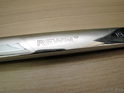 REWIN marking on the handle of the Combined Key (Chave de Boca) with Chrome Vanadium Steel Ratchet 19mm Rewin (Chrome Vanadium Steel Ratchet Combination Spanner Wrench (19mm))