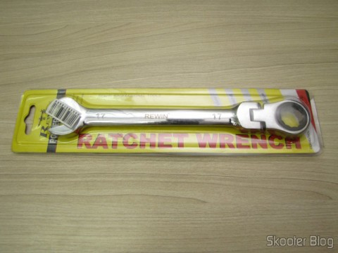 Combined key (Chave de Boca) with Ratchet Articulable Steel Chrome Vanadium 17mm REWIN (REWIN RJ-317 Chrome-Vanadium Steel 2-in-1 17mm Open End + Double Box End Combination Wrench), on its packaging