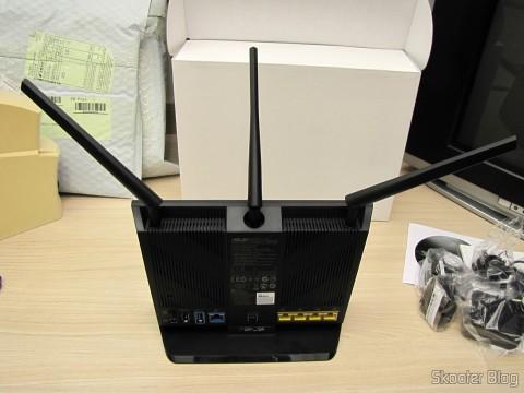 Visão traseira do Roteador ASUS RT-AC68U Dual Band Gigabit Router 802.11ac Wireless-AC1900