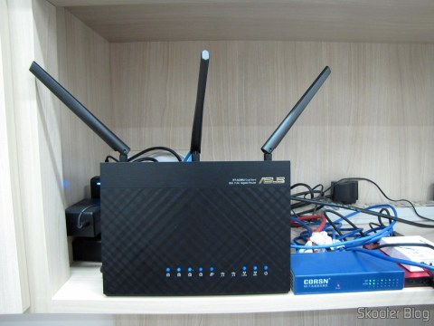 Roteador ASUS RT-AC68U Dual Band Gigabit Router 802.11ac Wireless-AC1900, em funcionamento