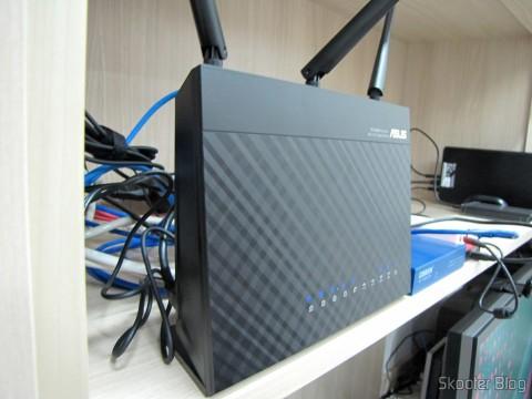 Roteador ASUS RT-AC68U Dual Band Gigabit Router 802.11ac Wireless-AC1900, em funcionamento
