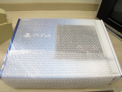 Pacote da Amazon com o Console Playstation 4 (PS4)