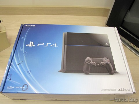 Console Playstation 4 (PS4) on its packaging