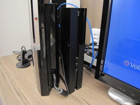 Console Playstation 4 (PS4) ao lado do Playstation 3