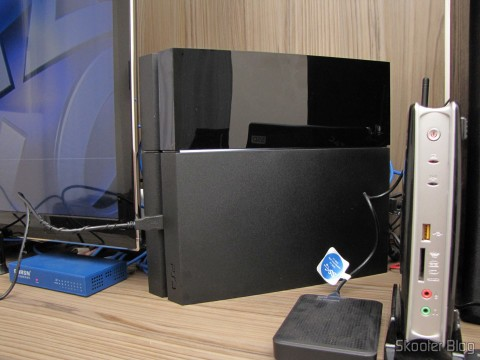Console Playstation 4 (PS4), instalado e em funcionamento