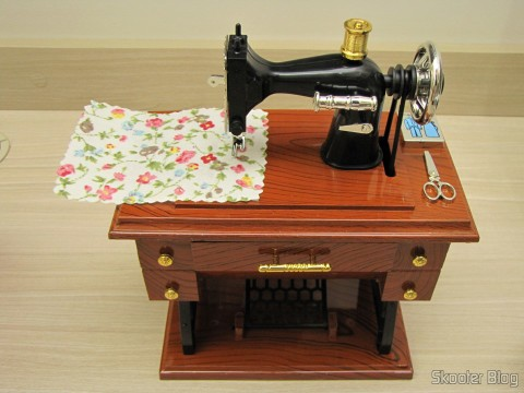 Mini Style Mechanical Music Box Old Sewing Machine (Vintage Mini Sewing Machine Style Mechanical Music Box), on its packaging