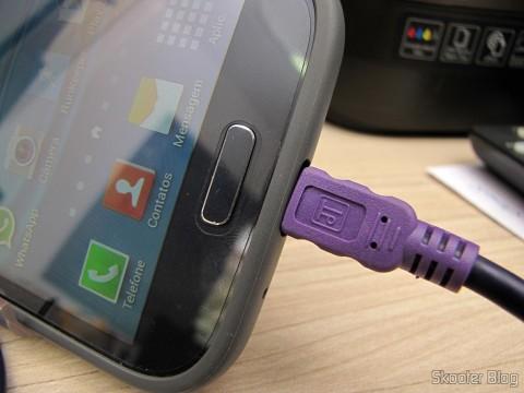 Um dos Cabos de Carga e Dados USB macho para Micro USB macho Millionwell 01.0363 com 3 metros (Millionwell 01.0363 USB Male to Micro USB Male Data / Charging Cable - Purple (3m)) conectado ao meu telefone celular Samsung Galaxy Grand Duos