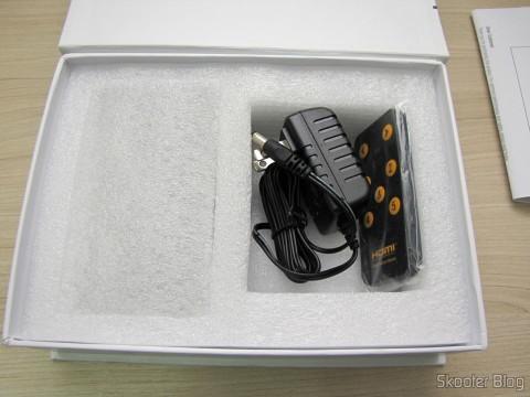 Tirando o Switch HDMI c/ Controle Remoto LINK-MI LM-SW04 1080p 3D 5 inputs p / 1 output (LINK-MI LM-SW04 1080p 3D 5 in 1 out HDMI Switch w/ Remote Control - Black) Packing