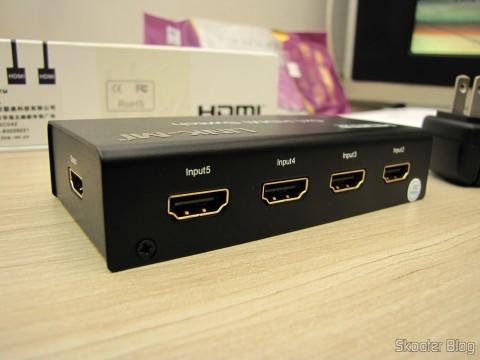 Parte Traseira do Switch HDMI c/ Controle Remoto LINK-MI LM-SW04 1080p 3D 5 entradas p/ 1 saída (LINK-MI LM-SW04 1080P 3D 5 in 1 out HDMI Switch w/ Remote Control - Black)