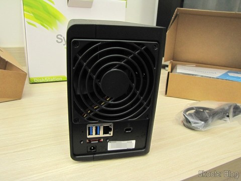 Parte traseira do Synology America DiskStation 2-Bay Diskless Network Attached Storage (DS214play)