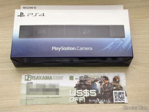 Câmera do Playstation 4 (Playstation 4 Camera) em sua embalagem e vale-compras de US$ 5,00 - brinde da Play-Asia