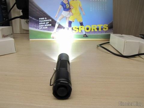 Uma das 3 Lanternas Romisen Cree RC-R5 XP-G R5 300 Lumens 3 Modos, Preta, bateria AA ou 14500 (Romisen RC-R5 Cree XP-G R5 300-Lumen 3-Mode White Flash Light – Black (1 x AA / 1 x 14500)), em funcionamento