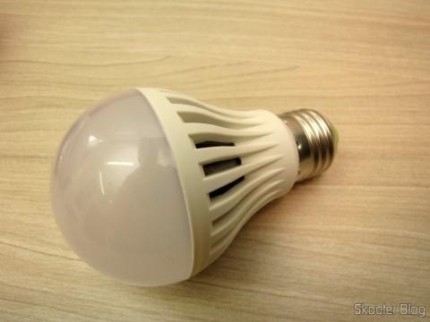 Uma das lâmpadas do 5-Pack E27 A60 10W 25x2835SMD 980LM 6500K Cool White Light LED Globe Bulb (85-265In)