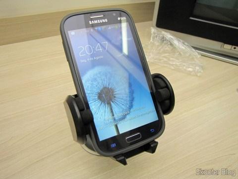 Suporte Giratório Universal de Celular/GPS para Carro (Universal Car Swivel Mount Holder – Black), com celular acoplado