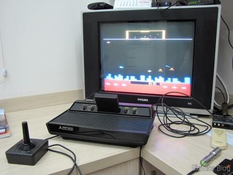 Atari 2600 em funcionamento com o jogo Defender