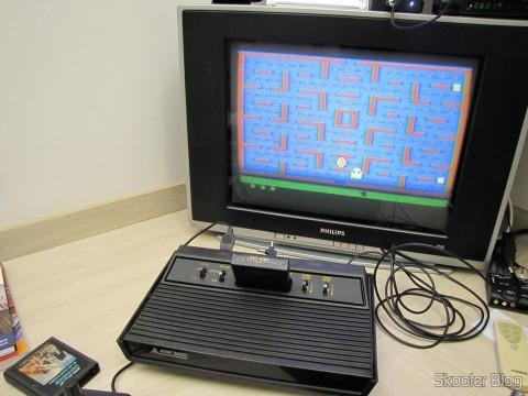 Atari 2600 em funcionamento com o jogo Pac Man