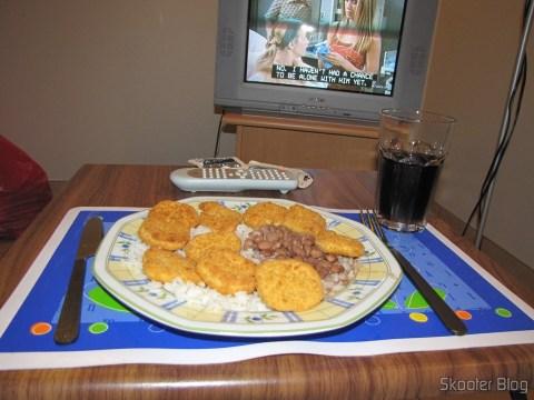 Já que é para jantar sozinho, melhor na frente da TV assistindo Friends