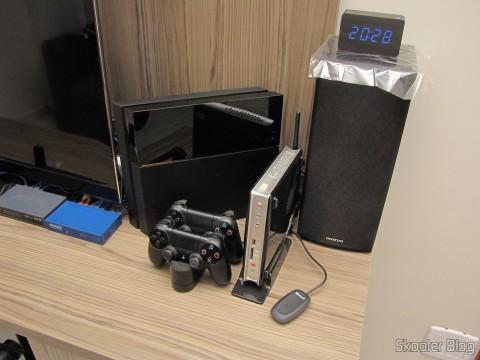 À direita da TV: O Playstation 4 e o ZBox