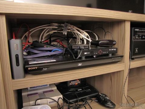 Nicho com WD TV Live, Blu-Ray Player, Decodificador da Sky e outros itens