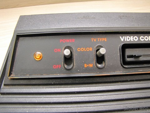 Detalhe do LED âmbar que acende quando o console está ligado