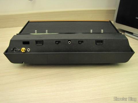 Parte traseira do Atari VCS/2600 com a saída de S-Vídeo, de Vídeo Composto e Áudio Estéreo