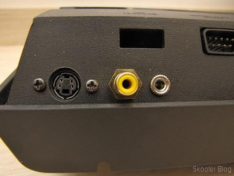 Detalhe da parte traseira do Atari VCS/2600 com a saída de S-Vídeo, de Vídeo Composto e Áudio Estéreo
