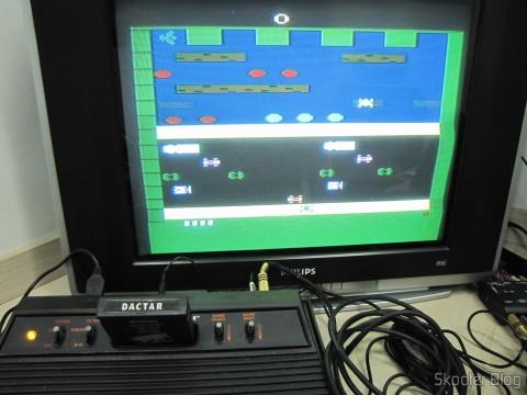 Frogger no Atari VCS/2600 através da saída de vídeo composto