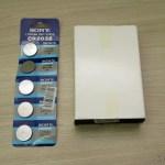 A Cartela com 5 Baterias Botão CR2032 3V (CR2032 3V Cell Button Battery (5-Pack)) e o Apresentador Sem Fio USB RF com Apontador Laser para PC/Laptop (USB RF Wireless Presenter with Laser Pointer for PC/Laptop - Black (10-Meter Range))