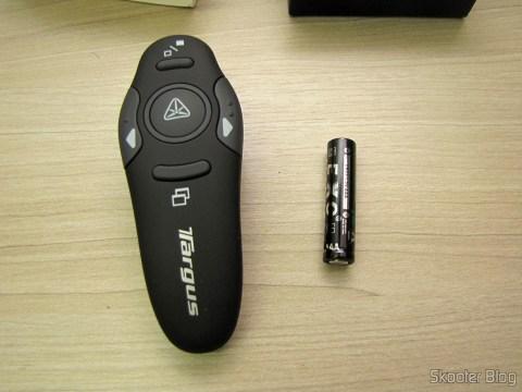 Apresentador Sem Fio USB RF com Apontador Laser para PC/Laptop (USB RF Wireless Presenter with Laser Pointer for PC/Laptop – Black (10-Meter Range)) e pilha AAA que o acompanha