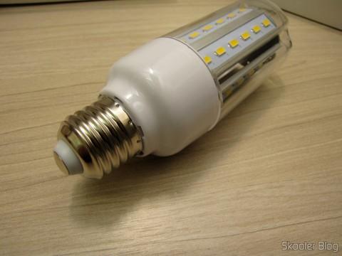 Uma das Lâmpadas LED XYT 10W SMD 42x5630 Brancas 6500K 1000 lúmens E27 85~265V AC (XYT 10W E27 1000lm 6500K 42-5630 SMD LED White Light Lamp - White (AC 85~265V))