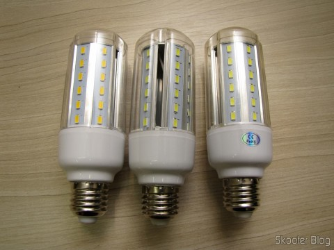 As três Lâmpadas LED XYT 10W SMD 42x5630 Brancas 6500K 1000 lúmens E27 85~265V AC (XYT 10W E27 1000lm 6500K 42-5630 SMD LED White Light Lamp - White (AC 85~265V))