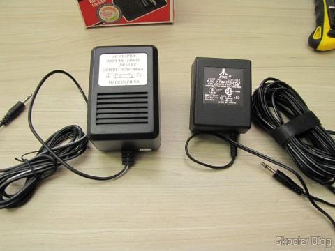 A Fonte de Alimentação para Atari 2600 da Retro-bit e a Fonte de Alimentação que veio com meu Atari 2600 dos EUA, lado a lado