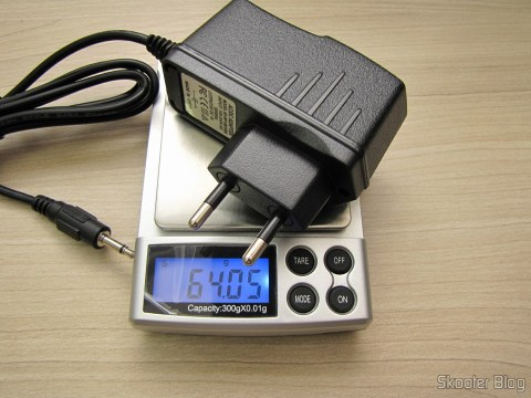 Gauging the weight of the power supply for Atari 2600 with plug in the new Brazilian standard,