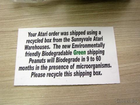 """Caixa reciclada da própria Atari e """"amendoins"""" verdes biodegradáveis"""
