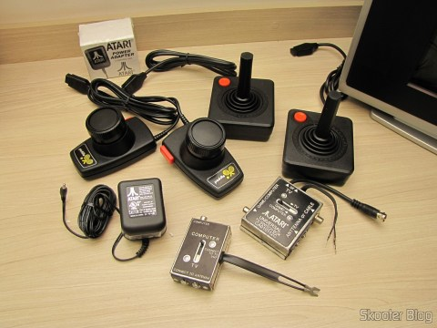 Os joysticks, paddles, chaves comutadoras e fonte do Atari 2600