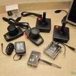 Os joysticks, paddles, chaves comutadoras e fonte do Atari 2600