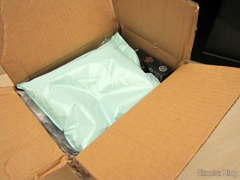 Abrindo o pacote com a Câmera Digital Canon PowerShot SX60 HS e Pacote Definitivo 32GB com Cartão de Memória SD de 32GB, Bolsa, Bateria NB-10L, Carteira de Cartões de Memória, Leitor de Cartões SD USB, Mini Tripé, Cabo A/V Mini-HDMI para HDMI, Protetores de tela LCD, e Kit de Limpeza de Lentes