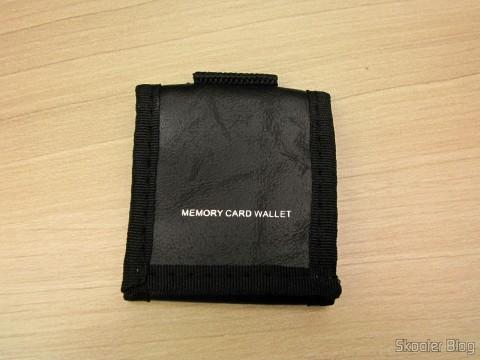 Carteira para guardar cartões SD do Pacote Definitivo 32GB com Cartão de Memória SD de 32GB, Bolsa, Bateria NB-10L, Carteira de Cartões de Memória, Leitor de Cartões SD USB, Mini Tripé, Cabo A/V Mini-HDMI para HDMI, Protetores de tela LCD, e Kit de Limpeza de Lentes