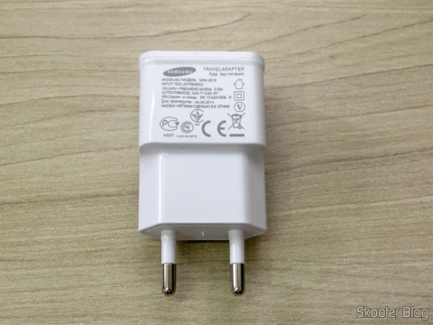 Charger w / Dual USB Output for iPhone, iPad, iPod, Samsung Galaxy Tab, etc.
