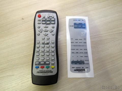 Controle Remoto do Framemeister XRGB Mini e o adesivo com os textos em inglês