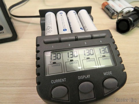 Testando as 4 Pilhas Recarregáveis AA NiMH 1.2V 1900mAh Sanyo Eneloop Genuínas