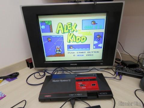 Cabo A/V RCA Duplo Millionwell com 150cm conectado ao Master System II da Tec Toy, em funcionamento