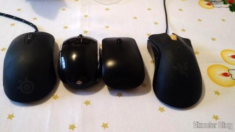 Mouse Óptico Wireless Dell WM324, ao lado de Razer DeathAdder, Microsoft Mobile Mouse 6000 e SteelSeries Sensei Raw