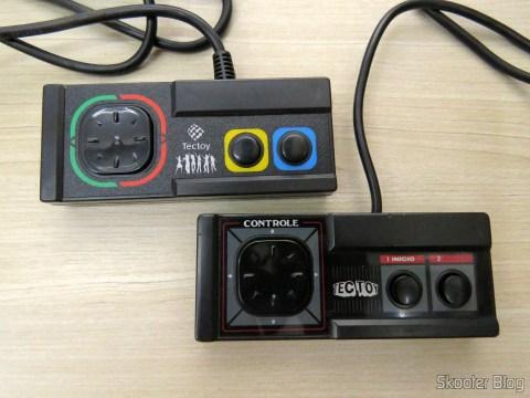 Controle do DVD Player Karaokê Dance Machine DVT-F800 da Tec Toy, 100% compatível com o Master System clássico, ao lado do controle original clássico do Master System