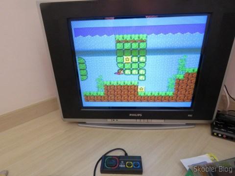 Controle do DVD Player Karaokê Dance Machine DVT-F800 da Tec Toy, 100% compatível com o Master System clássico, conectado ao Master System II, em funcionamento