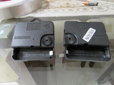 Máquina De Relógio Quartz 13mm Com Alça E Eixo - Uniart ao lado da máquina que veio com o relógio