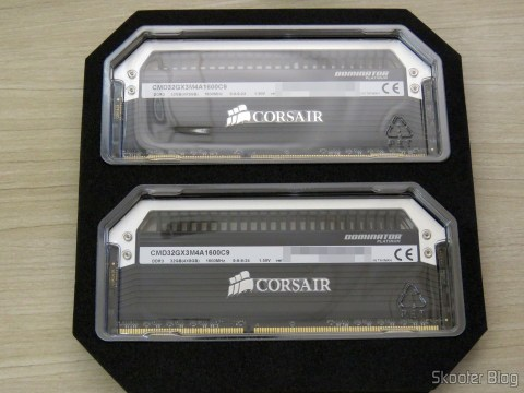 Kit Corsair Dominator Platinum 32GB (4x8GB) DDR3 1600 MHz (PC3 12800) Desktop Memory (CMD32GX3M4A1600C9) on its packaging